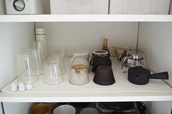 こちらはよく使うアイテムだけを並べた収納エリア。グラスに限らず、湯飲みやティーポットなど、同じジャンルのもので統一しています。空間に余裕を持たせることですっきりした印象に。逆さにして並べればホコリも気になりません。