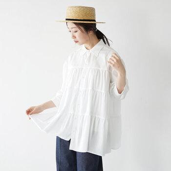 滑らかなリヨセルとコットン素材を組み合わせた、上品な印象のティアードシャツです。シンプルな中にほんのり甘さのあるティアードデザインで、大人コーデをフェミニンに仕上げてくれます。着丈がちょっぴり長めなので、羽織りとして使うのもおすすめです。