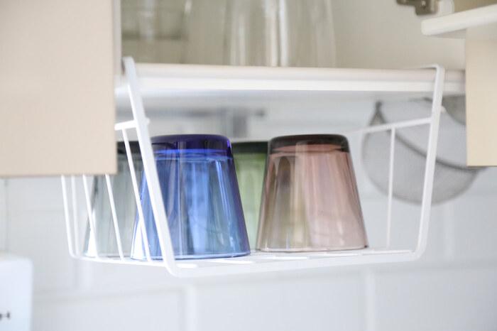 こちらも100均セリアのアイテムを使ったアイデア。ハンギングワイヤーラックを吊り戸棚に付けて日常使いのグラス収納にしています。クロスを敷いて水切りかご代わりにするのもよさそうですね。