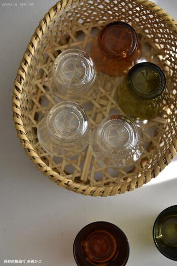 竹製のかごに普段使いのグラスを収納。天然素材なので傷がつきにくいのが使いやすいポイントです。かごごとテーブルに運ぶこともでき、食事の用意もはかどりますね。