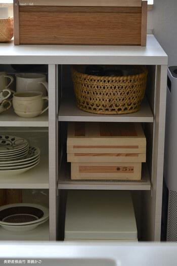 グラスを収納した竹製のかごは食器棚の中へ。かごを引き出してグラスを取り出すので、奥のものもスムーズに使えるメリットがあります。見た目がおしゃれになるのもポイント!