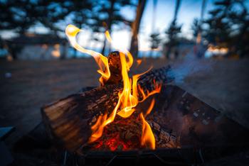 キャンプといえば焚火はマスト。夏の夜、少し肌寒くなってきた夕方頃から焚火の準備を始めましょう♪焚火を囲みながら、家族や仲間たちと過ごす時間は、話も弾んで特別な夜になることでしょう。