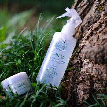 虫除け効果のあるアウトドアスプレーはキャンプのマストアイテム。YODELLのアウトドア ドライ ウォッシュは虫除け効果だけでなく、水なしで洗浄できるドライウォッシュとしても使用できます。日中に汗の臭いが気になった時や、不快感を軽減したいときにシュッと一拭き。エタノールとレモングラスのすっきりとした香りで、除菌効果も期待できます。