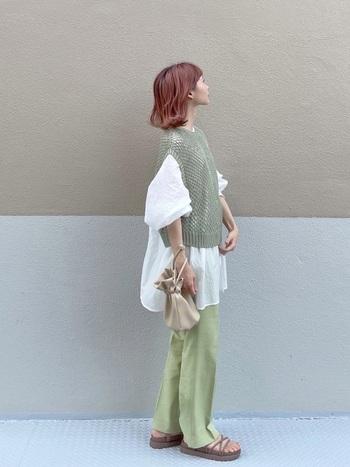 くすみグリーンの透かし編みベストと、爽やかなシャーベットグリーンのパンツ。色味の違うグリーンの間に白のシャツを挟むことで上手に調和させ、コーデに立体感も出ますよ。
