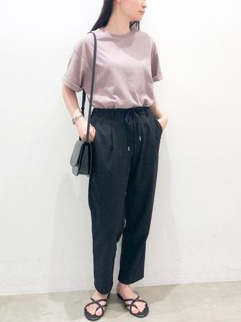 黒のテーパードパンツにくすみピンクのTシャツをイン。サンダルも含めて個々のアイテム的にはラフですが、ウエストインとパンツの綺麗なシルエット、細ストラップのミニショルダーできれいめに見せています。