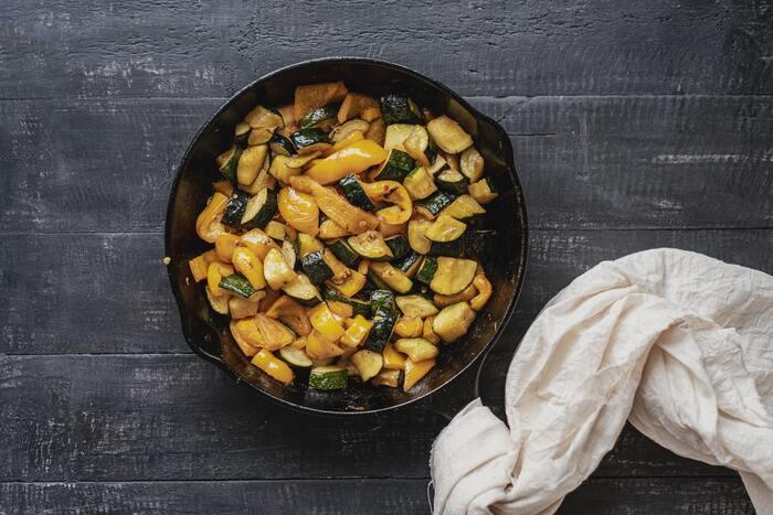卓上にそのまま出せるおしゃれな鉄のフライパン、スキレット。小型のものなら、魚焼きグリルで使えます。料理からデザート作りまでいろいろと活躍してくれますよ。食器不要で洗い物も少なくて済みますね。  サイズ違いで揃えておくと料理によって活用させることができます。お手入れも慣れてしまえば簡単です。