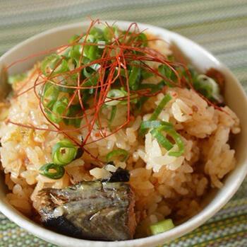 鯖の味噌煮缶とキムチを使った炊き込みごはんのレシピ。どちらも開封してそのまま研いだお米の上に入れて炊飯するだけ!トッピングの青ねぎはキッチンばさみでカットすればできあがりです。