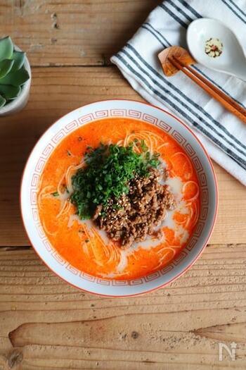 一つの鍋で、スープ作りと素麺を茹でる作業が同時にできる担々麺風の時短レシピ。主役のひき肉は調味料と一緒に耐熱ボウルに入れてレンチンします。豆乳とラー油の辛味が絶妙です。