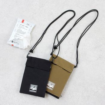 ウエットティッシュをスタイリッシュに持ち運びべる、便利なショルダーポーチ。肩ひもはアジャスター式になっているので、お好きな長さで着用可能。取り外すこともできるので、バッグの中にしまってポーチのように使うこともできます。