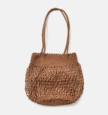 メタリックなラメ糸が煌めくマクラメ編みのトートバッグ。細かな網み目から、繊細な職人の手仕事の跡を辿ることができます。シルバー、シャンパン&ブロンズ、ブロンズ。メタリックカラーも色によってニュアンスが変わってくるのが楽しい。大いに悩んでお気に入りのカラーを見つけて下さいね。