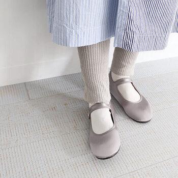 気楽に履けるカンフーシューズ。マットな光沢あるサテン素材のシルバーは、大人っぽく落ち着いた雰囲気です。