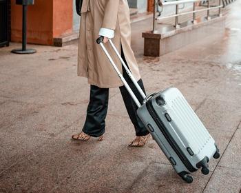 スーツケースに施されたキャスターは、2輪か4輪がほとんど。  【2輪モデル】 ・メリット:音が静か・段差に強い ・デメリット:小回りが利かない  【4輪(8輪)モデル】 ・メリット:小回りが利く ・デメリット:歩行中の音がうるさい ※8輪はダブルキャスターとなっているもの。4輪よりさらに安定した走行か可能になります。