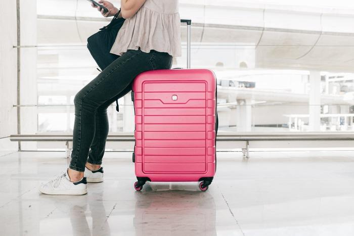 スーツケースの素材は大きく分けて2種類。表面の硬いハードタイプと、柔らかいソフトタイプがあります。