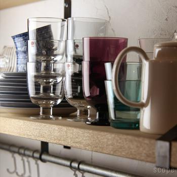 スタッキングできるグラスをウォールシェルフに置いて見せる収納に。使う時も片付ける時もワンアクションなので、よく使うアイテムの収納場所に便利ですね。おしゃれなグラスならディスプレイとしても楽しめます。