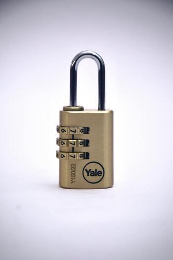 ロックもいろんな種類があります。鍵を無くしやすいなら、鍵のないダイヤル式を選ぶのがおすすめです。  【鍵が必要なタイプ】 ・シリンダーロック:鍵穴に鍵を入れるタイプのもの  【鍵なしでロックができるタイプ】 ・ダイヤルロック(南京錠):3、4桁の暗証番号を入れて空けるタイプ  ●ポイント● ロックと一緒に、スーツケースベルトを着けておくのがおすすめ。ターンテーブルなどで、勝手にスーツケースが開くのを防いでくれます。(ロック付きのベルトもあります。)