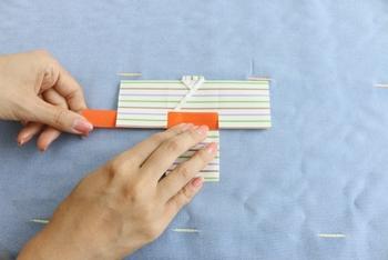 折り紙で作った人形や着物の形の飾りの「紙衣」。裁縫の上達を願うほか、人形に病気や災いなどの身代わりになってもらう意味もあります。