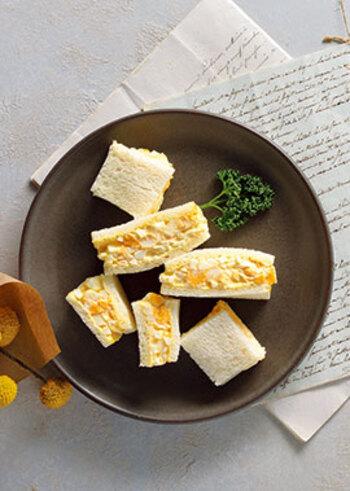 これぞ王道のサンドイッチ!卵サンドです。ポイントは、ゆで卵を白身と黄身に分けてから丁寧に混ぜ合わせること。 アクセントに、パンにちょっぴり辛いフレンチマスタードを塗ります。子どもにはマヨネーズだけでOK。シンプルながらもつい食べたくなる、なじみのある味をぜひ堪能してみて♪