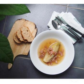 下茹でしたチコリを鶏ガラスープベースで煮込んで仕上げた優しいお味のスープです。  柔らかくとろりとした食感のスープは、生で食べるチコリとはまたひと味違ったイメージ。少し変わった感じでチコリが食べたいなと思ったら、ぜひ、スープにトライしてみてください。