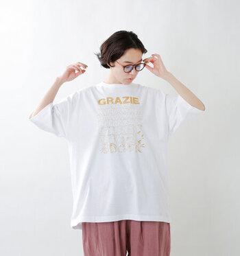 """イタリア語で""""ありがとう""""という意味の""""GRAZIE""""が刺繍で施された、ビッグシルエットのTシャツ。その文字がだんだん変化して、動物達の姿になるという、考え抜かれたデザインがとても素敵です。"""