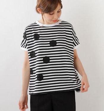 爽やかなボーダーにドット柄が施されている大人可愛いデザインTシャツ。シンプルな黒のパンツやスカートと合わせたモノトーンコーデなど、簡単にスタイルが決まるカジュアルで女性らしい1枚です。