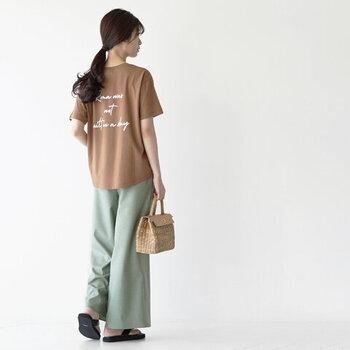 「Rome was not built in a day(ローマは一日にしてならず)」と書かれたバックロゴが印象的なTシャツ。さりげなく名言が施されているので、メッセージ性が秘められたコーデに仕上げることができます。