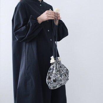 スウェーデンの植物図鑑にインスピレーション受けた柄が美しい巾着。コンビニやお散歩用のワンマイルコーデも、こんなバッグがあれば格上げできそうですね。