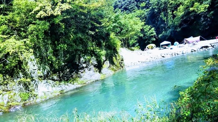 川沿いや湖畔のキャンプ場は、景色が良いのはもちろん、川の音が聞こえて涼しげな雰囲気のなかで過ごせます。水遊びを楽しんだり、カヌーや釣りなどのアクティビティができるキャンプ場であれば、いっそう夏らしいキャンプになるでしょう♪