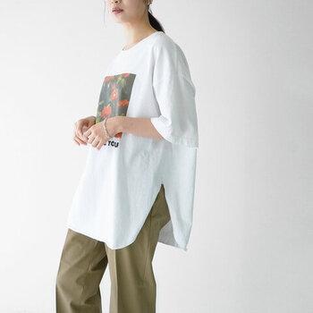 SADEの代表曲【KISS OF LIFE】をオマージュしたフォトグラフィックを身につけることができるオーバーサイズTシャツ。ラウンドしたヘムラインが印象的なロング丈デザインで、体型カバーと洗練された着こなしを叶えてくれます。