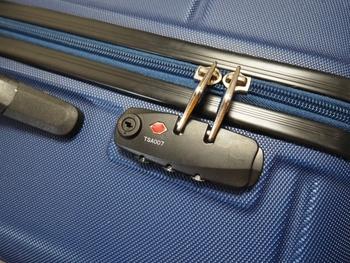 TSAロック付きのスーツケースなら、施錠したまま荷物を預けられるので安心です。アメリカ本土はもちろん、ハワイ・グアム・サイパンなどに行く時も、TSAロックが付いたスーツケースを選ぶとよいでしょう。