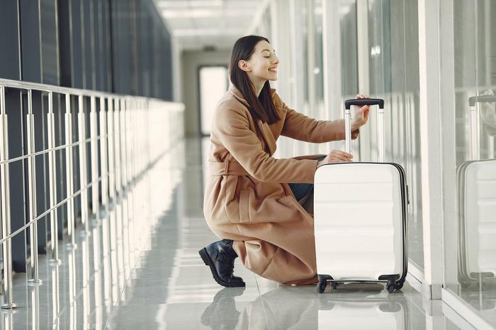 それではここからは、女性におすすめのおしゃれでかわいいスーツケースをまとめてご紹介しましょう。カラフル、シンプル、クラシックなど、ブランドの特徴が表れた素敵なデザインの物が揃っていますよ。