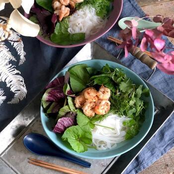 ツボクサやインチョイを使った「アジア野菜とエビのフォー」。ツボクサはコスメにもよく配合されていますが、アジアでは昔から薬草としてよく使われ「若返りのハーブ」の異名を持ちます。インチョイやパクチーも抗酸化作用が高く、美肌になれる野菜がたっぷりのメニューです♪