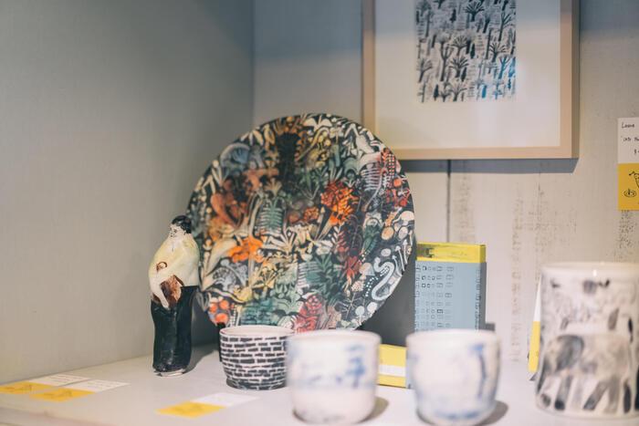 ロンドンで活躍するカーリンは世界が注目するイラストレーターであり、陶芸作家でもあります。ブラティスラヴァ世界絵本原画展でグランプリを獲得したことで、日本にもファンが増えました。彼女の作品を扱う雑貨屋さんもあるようです。
