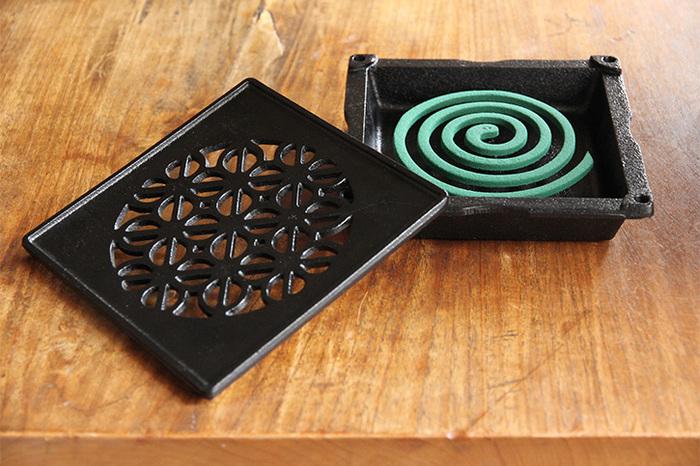 江戸時代から製造が続く桑名の鋳物で作られた蚊遣りです。黒一色に、着物の模様に基づいてデザインされた柄が素敵!重厚感がありつつ、上品な可愛らしさも感じられます。