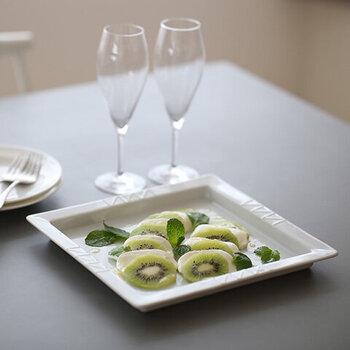 白い上品な印象のスクエア皿は、前菜をのせたり、カットフルーツなどの盛り付けにもぴったり。食卓でマルチに活躍してくれる1枚です。