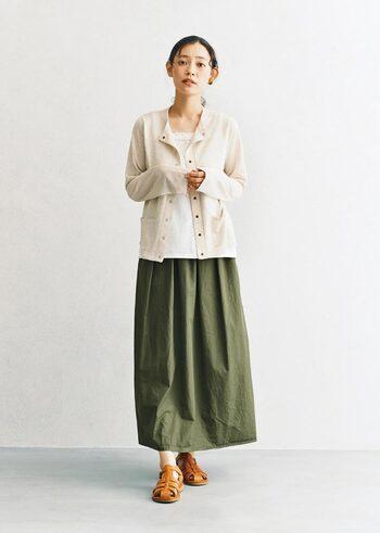 紫外線や冷房対策に羽織りたい、長袖のカーデ。暗い色のロングスカートと合わせる時は、明るい色を選ぶと◎。サンダルで足元を見せれば、全体の肌の見える分量が少ないのに軽やかです。