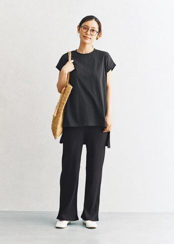 上下黒のコーデだって、靴のカラーを白にして、夏素材のバッグをプラスすれば重さを感じません。余分なアイテムを足さないのも、軽く見える秘訣です。