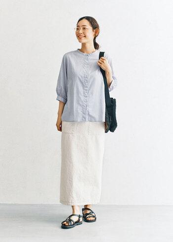 真夏には暑そうかしら?という7分袖シャツにロングスカートのコーデは、明るいカラーを選んで涼し気に。小物のカラーは逆に少しダークすると、コーデ全体が引き締まります。