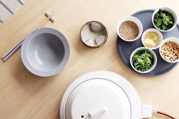 すりたての薬味が何種類もそろえば、その香り高さは格別。薬味が立派な主役になります。これからの暑い季節にうれしい、爽やかな風味の料理が楽しめそうです。