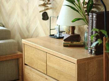 家具そのもののデザイン性や存在感を活かしたり、ディスプレイのコツを掴んだりするだけで、素敵なインテリアとして、部屋の雰囲気をおしゃれに演出できるようになりますよ。  もちろん、ディスプレイとしての見せ場を作るだけでなく、うまく目隠ししながら収納スペースを確保できるのも、シェルフやラックの魅力のひとつです。