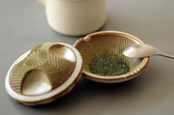 ちなみに、この商品はもともと茶葉をすってそのまま食べられたら…という発想から開発されました。粉末まではいきませんがかなり細かくすれますので、それでお茶を入れると栄養成分が豊富に抽出された濃いお茶が楽しめます。ぜひお試しを。