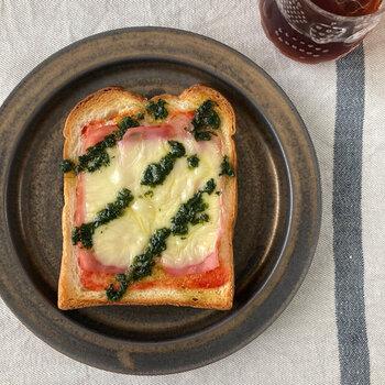 パスタと和えるはもちろん、写真のようにハムやベーコンのチーズトーストなどにかければ、ワンランクアップのおいしさになります。