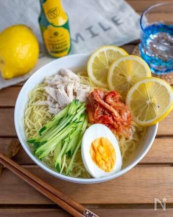 味が絡みやすい中華麺を使った冷麺。爽やかな酸味と香りが漂うレモンたっぷりのレシピは、見た目も華やかで食卓に季節感を鮮やかに彩ってくれます。