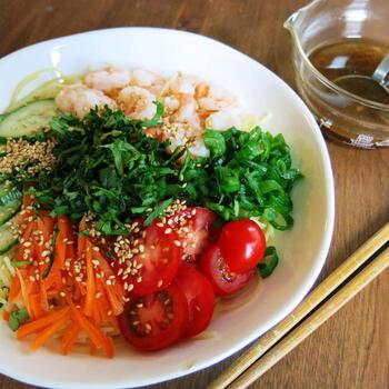 エスニックな風味が広がるベトナム風海老冷麺。フォーのような味わいを冷麺でも楽しむことができます。パクチーやゴマなど、トッピングのアレンジは自分好みで調えましょう。