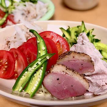 お肉と夏野菜を盛りだくさんにした冷麺。栄養もしっかり取ることができるので、夏バテ防止や疲労回復におすすめ。ボリュームたっぷりですが、お鍋1つで作れちゃう簡単さも◎