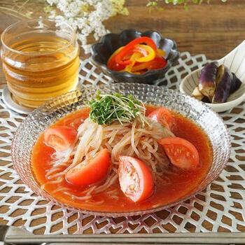 麺は市販品を使っていますが、スープをオリジナルにアレンジしたトマトの旨味たっぷりの冷麺。オリーブオイルを使ってどこかイタリアンのような爽やかなレシピに。見た目にも爽やかな一品です。