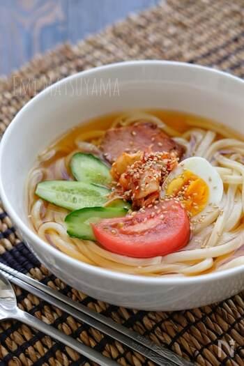 冷蔵庫に余りがちなうどんを使ってもOK。ツルツルな食感のさぬきなら、より冷麺っぽさを感じさせます。鶏ガラや昆布茶で作ったスープは、仕上げにお酢を入れることでさっぱりとした味わいに。
