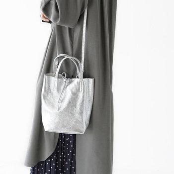 手持ちとショルダー、2wayで使えるレザーバッグ。小さめサイズなので、コーデとのバランスが取りやすく、通年出番が多くなりそう。実際に持ってみると想像以上に洋服に合わせやすいメタリックカラー。プレーンなデザインだからこそ、色にこだわって選びましょう。