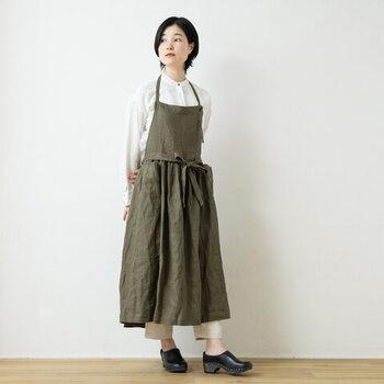 たっぷりとした裾と長めの丈、細かく入ったギャザーが、ほんのりガーリーな印象をあたえます。