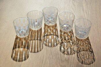 冷たい麦茶や緑茶など飲み物のグラスとしてもいいですね。光が当たると、テーブルに文様の美しい影が描き出されます。
