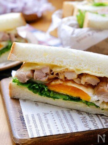 鶏モモ肉で作った照り焼きチキンと目玉焼き、チーズをサンドしたボリューム満点の一品。大きめのチーズを使えば、パンの耳までおいしく楽しめます。ランチはもちろん、ピクニックのお弁当にもおすすめですよ♪